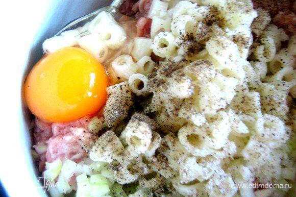 Вбиваем одно крупное яйцо, солим, перчим.