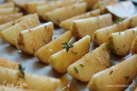 Выложить картофельные дольки кожурой вниз на выстеленный бумагой противень и запекать 20-25 минут. Готовый картофель посыпать солью.