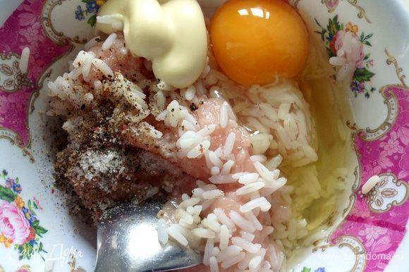В миске смешать фарш, яйцо, рис (предварительно отварить), майонез, соль и перец.