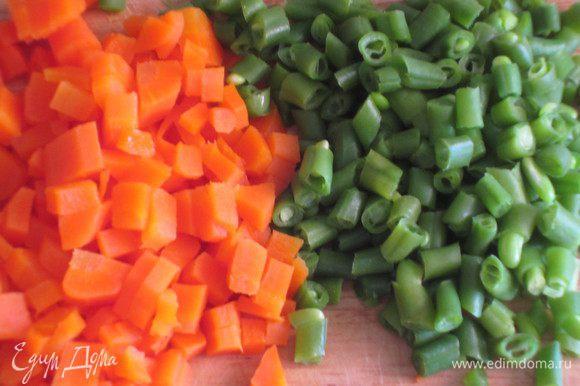 Морковь и стручковую фасоль бланшировать в кипящей подсоленной воде, мелко нарезать.