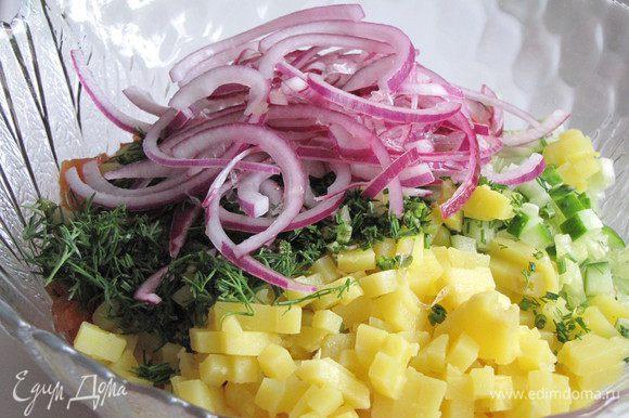 Маринованный лук отжать, добавить в салат и полить заправкой. Все аккуратно перемешать и сразу подавать.