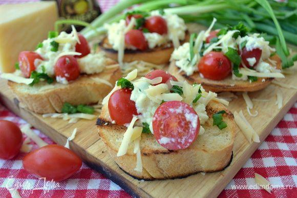 Выкладываем горячую болтунью на горячие хрустящие тосты, посыпаем рубленным луком и второй половиной сыра. Подаем сразу вприкуску со свежим зеленым салатом.