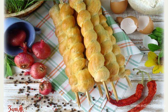 Небольшие советы: Травки или зелень можно использовать по своему усмотрению, так же в тесто можно добавить мелко нарезанные овощи (лук, сладкий перец и т.д.). Можно использовать семя льна, отруби, зерненую горчицу, кунжут и мак. Все зависти от вашего вкуса и фантазии. В любом варианте он превосходен.