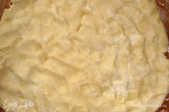 Тесто: холодное масло нарезать мелко, добвить муку, разрыхлитель, сахар, соль и перемешать рукой, раздавливая комочки. Добавить яйца, перемешать до однородной массы, получится довольно плотный ком теста. Завернуть тесто в пленку и убрать в холодильник примерно на 30-40 мин. Потом раздавить (размять) кулаками прямо на пленке, до размера формы.