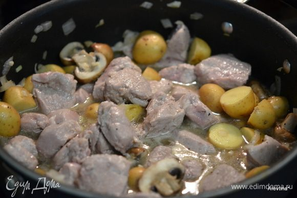 Вернем свинину, готовим до ее готовности. Затем смешать муку с холодным бульоном. Добавить в сковороду. Перемешать. Как загустеет соус снять с огня и подаем к столу, посыпав зеленью по желанию.