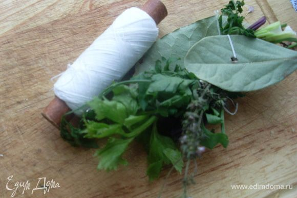 Использовать кулинарные нитки или белые хлопчатобумажные.