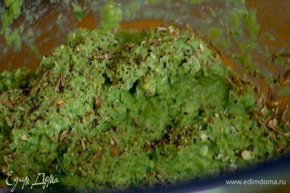 Рикотту соединить с гороховой массой и желтком, поперчить, добавить кинзу, измельченные специи и все растереть лопаткой.