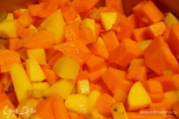 Картофель, морковь, лук и тыкву режем кубиками и обжариваем минут 5 на оливковом масле. Вливаем бульон (точное количество по вкусу; мне кажется, что лучше его поменьше брать - максимум, чтобы овощи покрывал, а потом до нужной густоты довести сливками) и готовим овощи до мягкости минут 20.