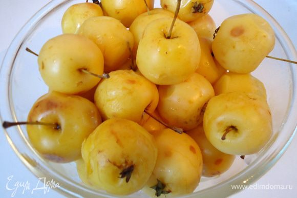 Готовые яблочки вынуть из воды шумовкой, в отдельную чашу.