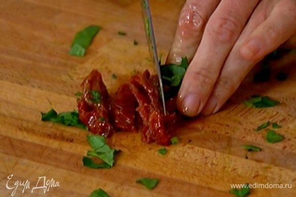Вяленые помидоры нарезать маленькими кусочками.
