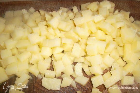 Картофель чистим, моем и нарезаем очень мелким кубиком. Обжариваем на сковороде...