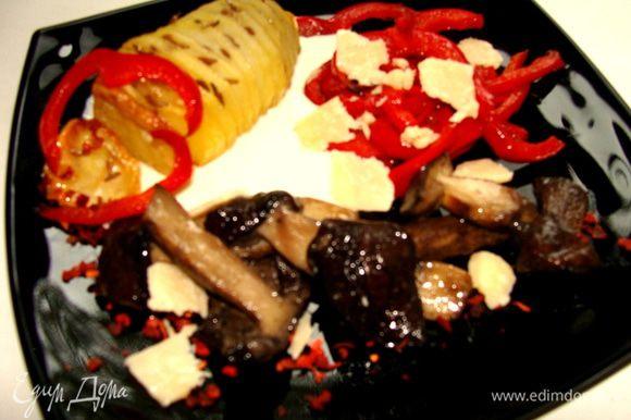 Компануем блюдо: выкладываем картофель на тарелку, рядом грибы и обжареную паприку. Под катофель наливаем 1-2 с/л соуса Цезарь. Чуть чуть сушеной молотой паприки для декора. Сверху тертый сыр Джюгас. Приятного аппетита!