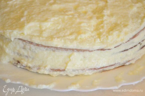Обильно промазываем все коржи кремом – один оставляем для оформления. Верх торта и бока обмазываем кремом также.