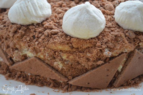 Оставшийся корж и обрезки измельчить в блендере, обсыпать ими бока и верх торта. Украсить по желанию: у меня зефирки и кусочки коржа.
