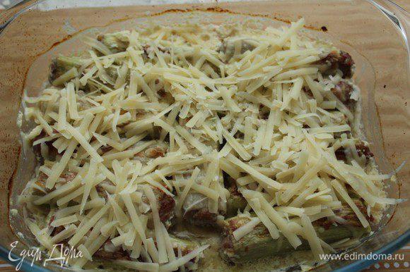 Посыпать сыром запеченный порей и отправить в духовку еще на 5-7 минут.