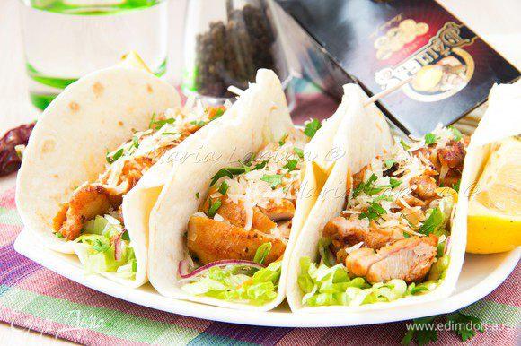 Лепешки можно завернуть или подавать открытыми. Блюдо получается сочным за счет свежих овощей и сочной курицы, но при желании можно добавить ложечку свежей сметаны. Приятного аппетита!