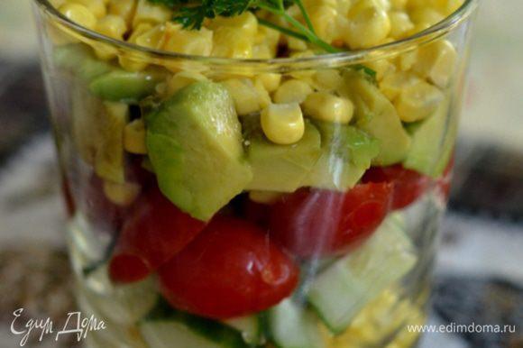 Раскладываем по бокалам с широким горлом. Сверху приправим олив. маслом смешанным с лимонным соком, солью и перцем. Украсим петрушкой. Подаем к столу.