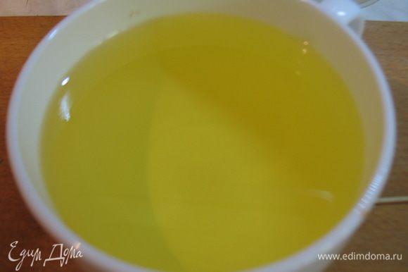 Немного подогреем оливковое или растительное масло.