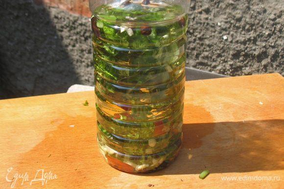 Ароматные травы, чеснок, красный острый перец, душистый и черный поместить в бутылку. Залить их теплым растительным маслом. Закрыть и поставить в темное место 3-4 суток.