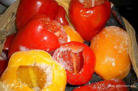 Перец можно использовать свежий или целый замороженный. Перец необходимо помыть и почистить от семян. Свежий перец необходимо отварить в кипящей соленой воде 5 минут.