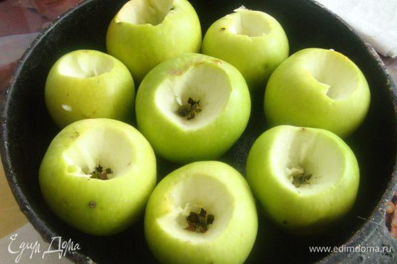 Яблоки вымыть, высушить, вырезать сердцевину, плотно составить в форму для выпечки. У меня старая глубокая чугунная сковорода, которая идеально подходит для 6-7 крупных яблок.