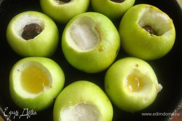 Отправить наши яблочки в предварительно разогретый духовой шкаф, на 20-30 минут, выпекать на среднем умеренном огне, либо при 160-170С