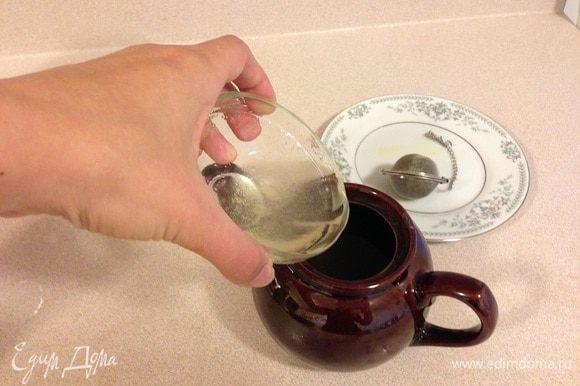 Заливаем желатин в чай и даем остыть. Он должен быть не очень горячим, когда мы будем заливать его в яблочко, иначе оно подварится и потемнеет. Тем временем займемся формочками...