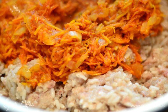 Морковку натереть на терке и протушить с нашинкованным мелко луком (2 головки) и с томатным соком (200 граммов), слегка посолить, поперчить. Фарш соединить с рисом перемешать, добавить половину порции остывшей моркови с луком, добавить, соль, перец, перемешать.
