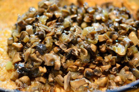 Снова накрыть листиками капусты, затем слой мясного фарша, на него выложить грибочки, накрыть листиками капусты и так слои за слоями.
