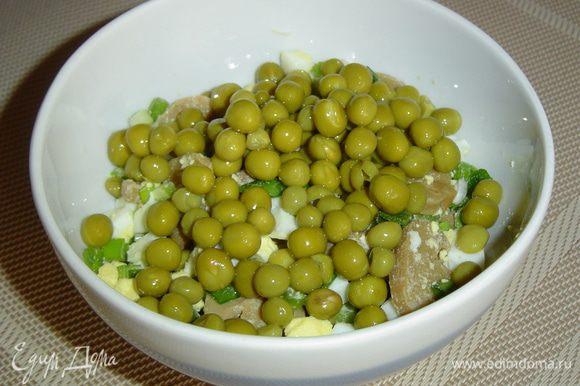 добавить зеленый горошек, солим, перчим и еще раз перемешать.