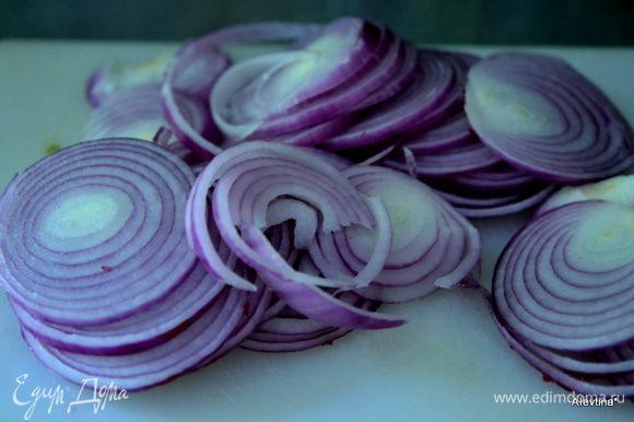 Тонко порезать 4 средних красных луковицы.