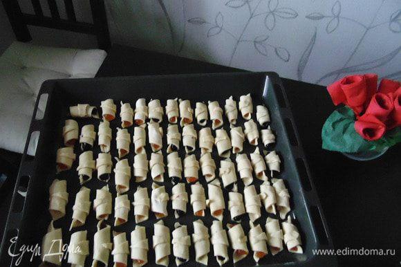 Выложить ракушки на сухой лист. Не смазывать!!! Запекать при температуре 180 градусов до подрумянивания. Снимать печенье с листа надо сразу, горячим! Готовое печенье посыпать сахарной пудрой! Приятного аппетита!