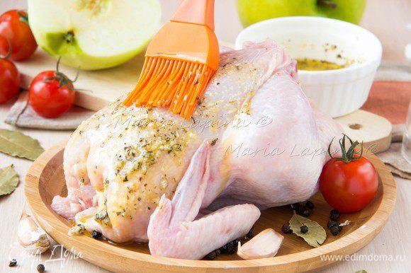 Чеснок мелко порубить или выдавить через пресс. В небольшой мисочке растопить сливочное масло, добавить оливковое масло, чеснок и травы. Травы можно использовать абсолютно любые, какие вам ближе. Щедро смазать цыплят получившимся соусом.
