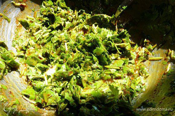 В отдельной миске смешать масло с кинзой и столовой ложкой паприки, ½ чайной ложки куркумы и соль, хорошо размешать.