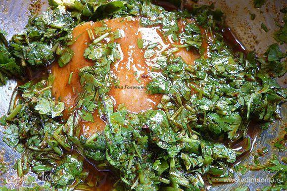 Обмокать каждое филе в смеси и уложить в кастрюлю. Залить оставшимся соусом .