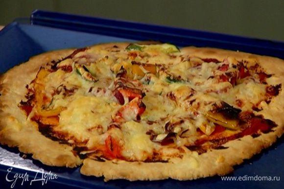 Обжаренные овощи выложить на лепешку, сбрызнуть бальзамическим уксусом, посыпать натертым сыром и отправить в разогретую духовку на 5–7 минут.