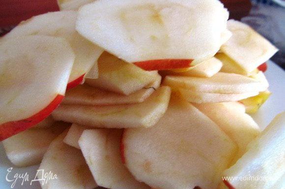 В это время готовим начинку. Яблоки чистим от кожуры, достаем сердцевину и режем кольцами.