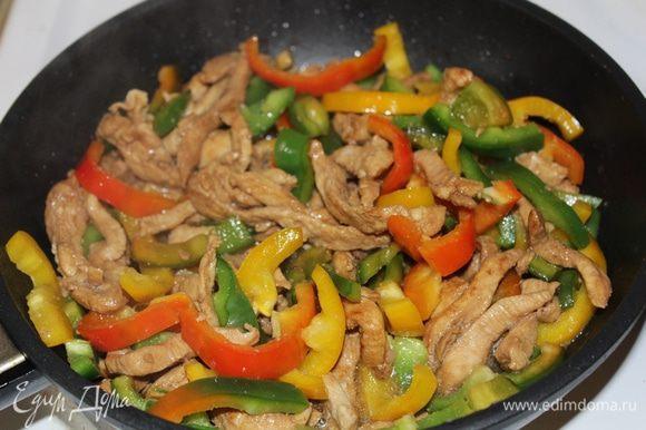 Добавляем перец, обжариваем около 5 мин.