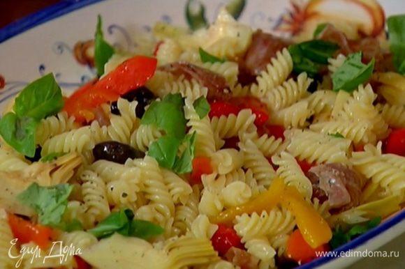 Выложить на тарелку макароны, посыпать измельченным базиликом, поперчить, сбрызнуть оливковым маслом и присыпать сухарями.
