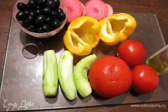 - Розовый сладкий лук – режется демонстративно крупно, -крупные, спелые, но не сильно мягкие помидоры – их режут крупными кусками.