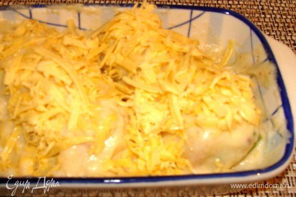 Сыр натереть на крупной терке. Залить соусом рулетики, посыпать обильно тертым сыром и поставить в разогретую духовку на 5-10 мин.
