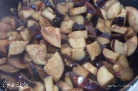 Отдельно в сковороде обжариваем подготовленные баклажаны, чтобы образовалась легкая, золотистая корочка.