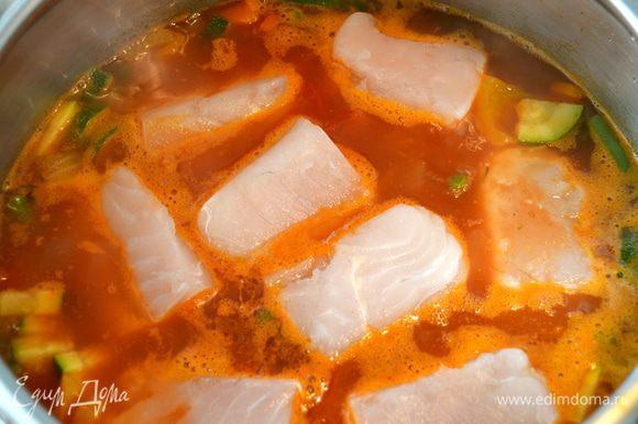 Слегка посолить и поперчить кусочки рыбного филе. Выложить рыбу поверх овощей. Накрыть крышкой и дать провариться 3-4 минуты, пока филе не приобретет матовый оттенок - типичный цвет готовой рыбы.