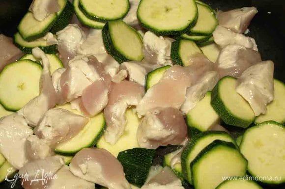Подготовленное куриное филе режем и отправляем в сотейник. Цукини помыть, очистить от плодоножки, нарезать кружочками и отправить к филе. Добавить перец и соль по вкусу. Овощи, зелень отправлять в сотейник следует один за другим, интервал, это когда вы их подготавливаете и режете.