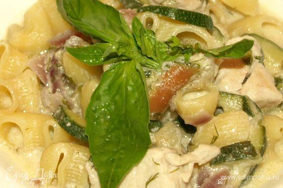 Потушить в макароны в соусе несколько минут. Подавать с базиликом. Пипе риготе с куриным филе готово. Ровно 30 минут и у вас обед!))