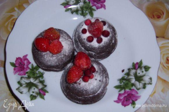 Посыпать сахарной пудрой и украсить ягодами.
