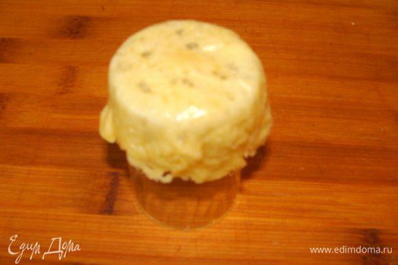 Поместить на нее еще теплый сырный блинчик, края прижать к стенкам стопки.