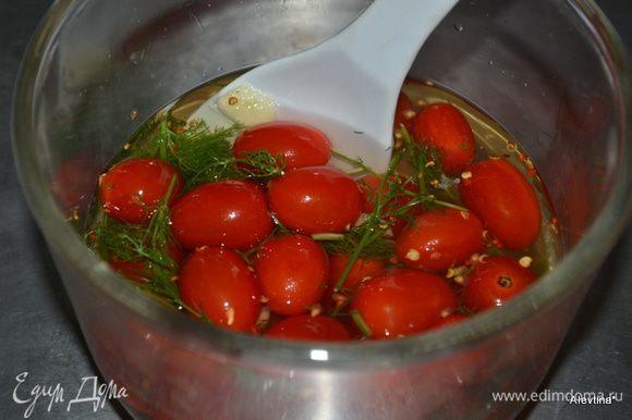 В емкости помидоры смешать с чесноком и укропом, красным перцем. Добавить маринад . И дать постоять при комнатной тем-ре не менее 2х часов.