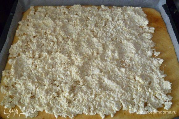 Прямо по горячей основе распределить начинку. Благодаря этому лимонный и творожный соки поникают в тесто и пропитывают его. Свернуть рулет.