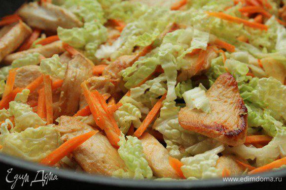 Добавить морковь и капусту, перемешать.